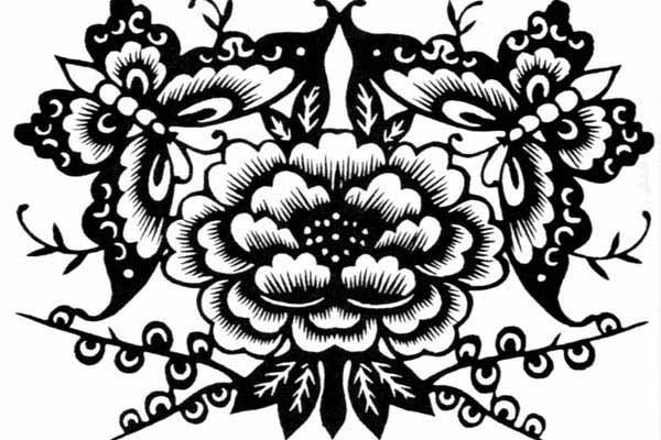 贵州蜡染图画作为图腾艺术的一种类型,是通过绘在布料上的动植物形象和几何图像记录了苗族先民们对原始生活的认识和理解,表达了苗族先民们对本民族图腾标志的特殊情结。这些特异的蜡染图画符号就像是记录苗族历史的一部活的书籍,世世代代在苗族艺人手中薪火相传。   贵州古朴的蜡染文化是苗族图腾文化的产物,至今仍保持着惊人的生命力。湖北工业大学的陈金桃等人研究发现图纹都取自大自然,苗族人崇拜它们并奉为氏族图腾,寄托着原始而又真挚的积极生命观,传达了一种万物有灵、万命同源、众生平等、和谐共处的理念。2014年6月,汉斯